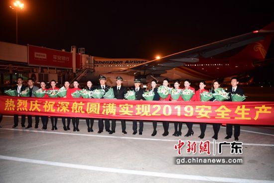 图为深航总裁陈志勇等高管在停机坪迎接机组人员。陈文摄影