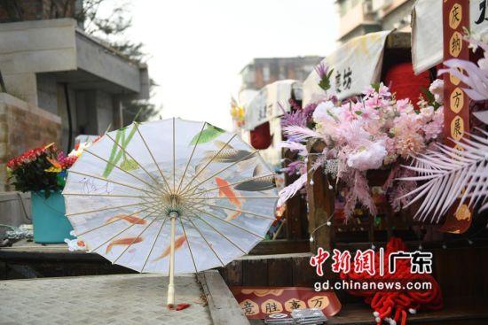 精美布置的花船成排停靠在永庆码头。(姬东摄影)