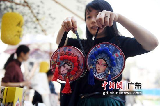 游客在创意市集上选购文创产品。(姬东摄影)