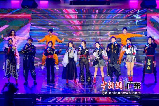 1月5日晚,酷狗音乐主播在盛典上大合唱。陈骥�F摄