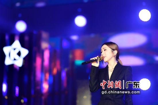 1月5日晚,歌手邓紫棋在庆典上演唱。陈骥�F 摄
