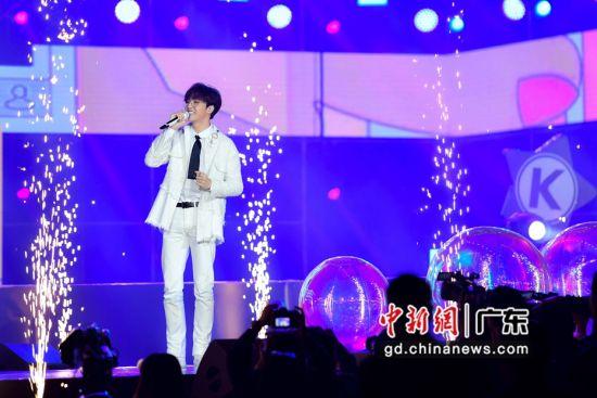 1月5日晚,歌手陈立农在庆典上演唱。陈骥�F 摄