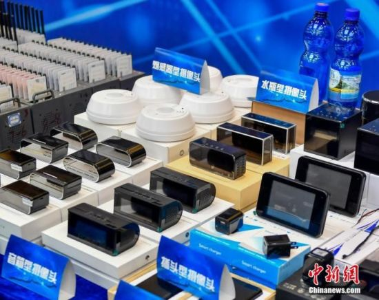 图为警方向媒体展示的涉案物品。中新社记者 陈骥�F 摄