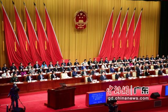 深圳市第六届人民代表大会第八次会议开幕。 摄影:陈文