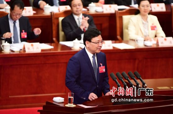 深圳市长陈如桂作《政府工作报告》。 摄影:陈文