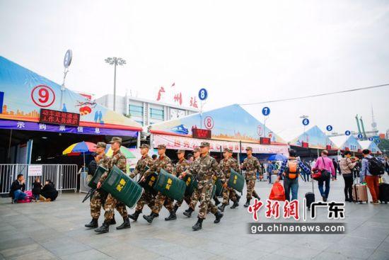在广州火车站执勤的武警官兵。唐凌云 摄