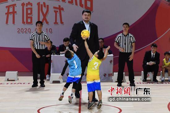 中国篮球协会主席姚明1月10日现身长隆传奇篮球馆暨青少年篮球训练基地开幕式,为少儿篮球比赛开球。陈骥�F摄影