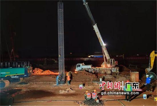 图为河源东站综合交通枢纽项目安装钢筋笼现场 曹定国 摄