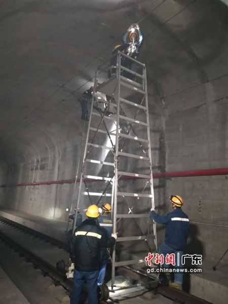 广铁深圳供电段积极确保春运确保供电设备安全。作者:刘海龙
