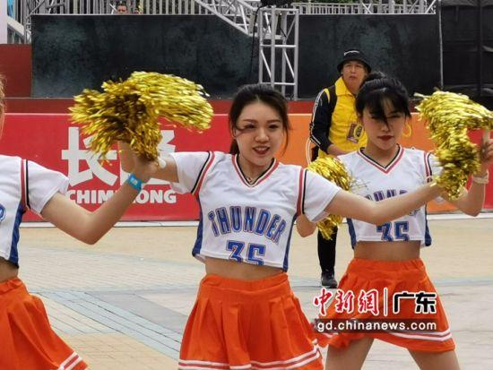 活动现场热舞的篮球宝贝。唐贵江摄影