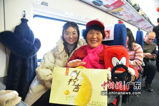 在北京照顾孙女的随迁老人乘搭爱心高铁回老家。主办方供图