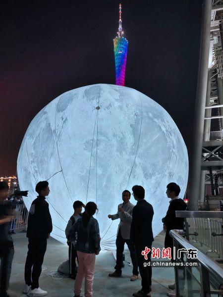 """科普作家程亦之带领大家一起参观 """"月亮之上""""展览,为大家解答疑惑。 (姬东摄影)"""