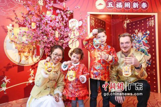 """中外家庭在必胜客体验""""故宫中国节""""。作者:主办方供图"""