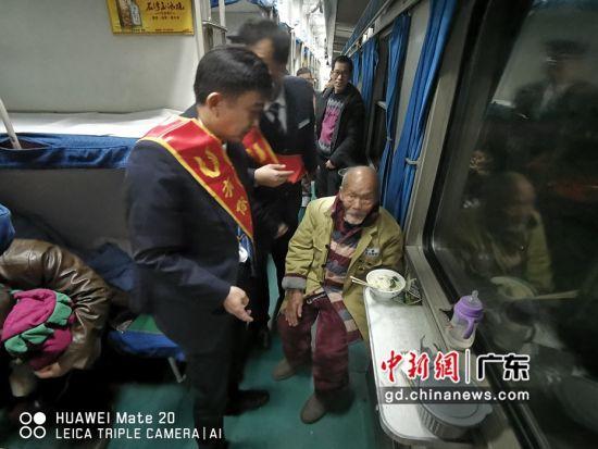 为88岁功勋老兵开启绿色通道。作者:广州客运段供图