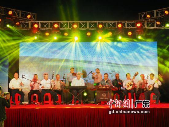 联和村12位村民组的民乐团现场演奏,乐团所有民乐乐器由广东省文联有关协会捐赠。 汪德章 摄