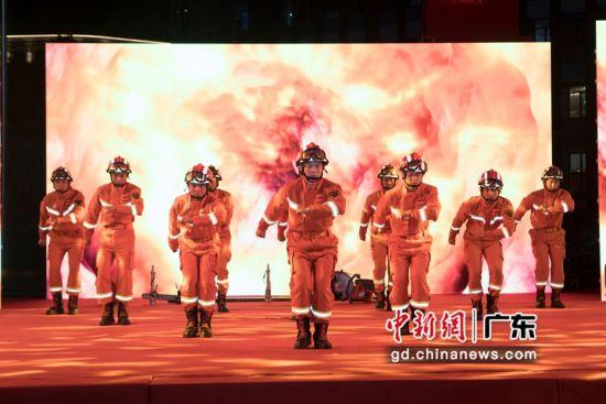 广东红色文艺轻骑兵走进南沙消防迎新春文艺演出现场。 主办方供图