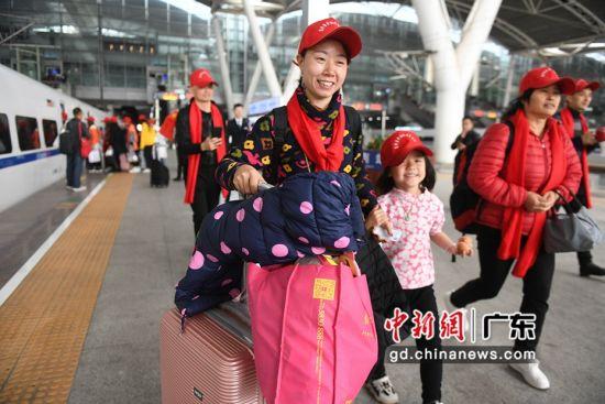 """乘""""返乡专列""""回家过年的母子。(姬东摄影)"""