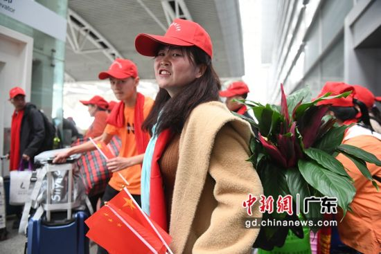 带着绿植返乡的云南籍在粤务工人员。 (姬东摄影)
