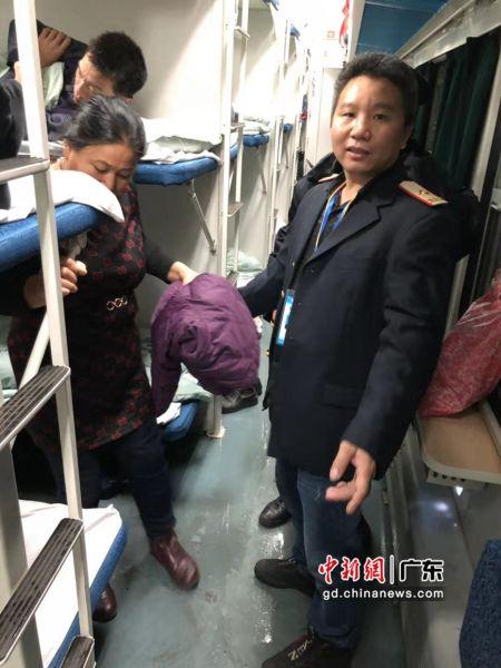 千里亲情与爱心接力 术后老人孤身乘车顺利返乡。作者:管鲲鹏