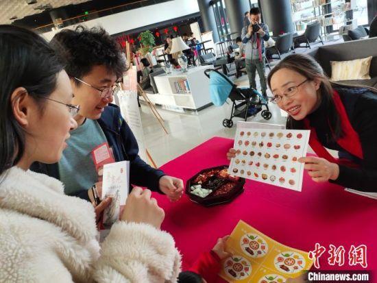 游客参与体验 粤中图 摄
