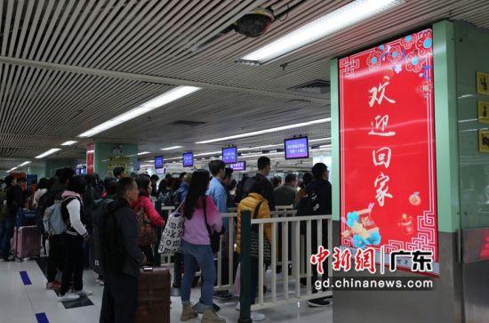 """罗湖边检站出入境大厅广告屏上的""""欢迎回家"""" 摄影:江中显"""