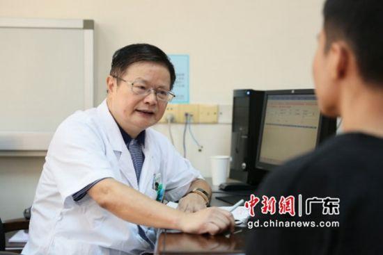胡学强教授在门诊与多发性硬化患者交流治疗方案。受访者供图