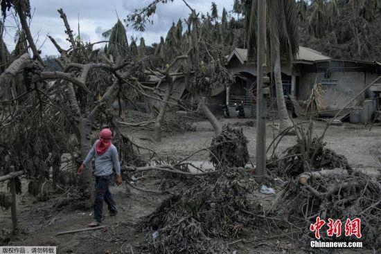 根据一段17日公布的最新画面显示,菲律宾塔阿尔火山仍在喷发,火山灰和浓烟还在持续不断地从火山口喷出,附近的村庄被厚厚的火山灰覆盖。据菲律宾火山地震研究所称,从16日到17日,当地记录到数十次火山地震,塔阿尔火山目前仍然活跃,存在持续喷发的可能。