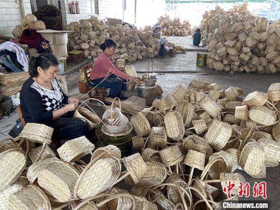 图为当地村民制作竹编工艺品。中新社发 刘李锋 摄