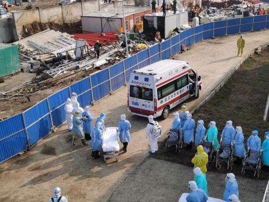 2月4日上午9时许,转运首批患者的车辆抵达火神山医院。图片来源:人民日报客户端