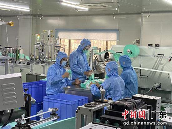 广东江门多家企业开足马力加快防疫物资生产