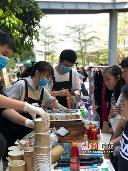 前洲小学社社员进行义工活动。摄影:图片由受访者提供