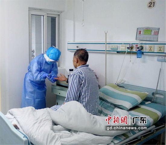 图为一线医护人员在给病人采血 惠州市中心人民医院供图