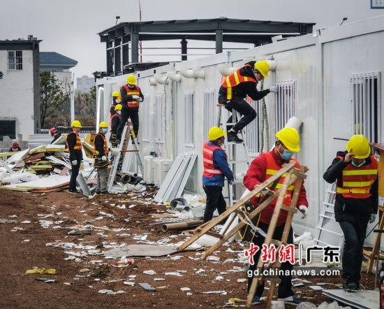 中建四局援建雷神山建设者正在安装出户进出风管。胡强摄影