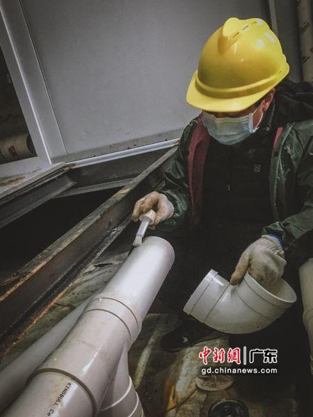 中建四局援建雷神山医院项目建设者正在安装病房内卫生间排水管。丁思琦摄影
