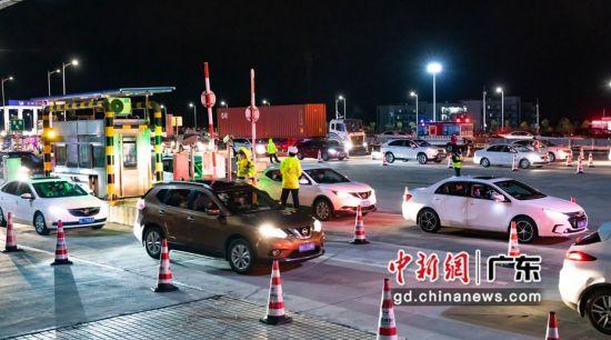 武深高速城口省际检查站车辆络绎不绝。龙全明摄。
