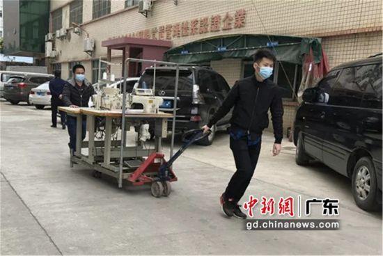 图为广东博罗园洲的一家服装企业员工正运输设备迎接复工复产 惠州头条供图