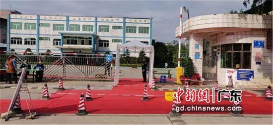 图为惠州朝贵电子有限公司在厂区入口铺设经过喷洒消毒药水的红地毯帮助员工进行鞋底消毒 惠州头条供图