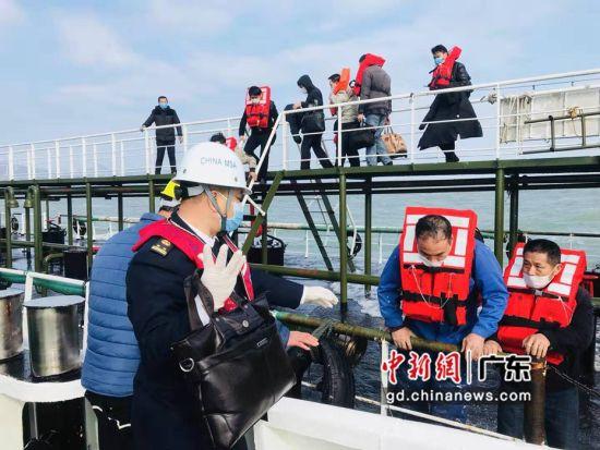 船舶触礁进水 汕头海事迅速协调救起11名船员。汕头海事局供图