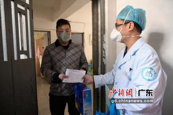 广州松柏岗社区疫情防控小组为湖北籍来穗人员王姓一家解除隔离。