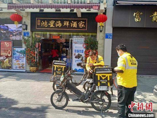 不少餐饮企业紧急上线外卖平台。许青青 摄