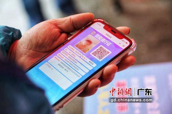 防疫通行证包含姓名、身份证号、电话、地址、照片、二维码等信息,人证合一,便于对进出人员身份的把关。谭札烽摄。