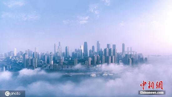 2月12日,重庆多地出现了不同程度的大雾,主城区的房屋被大雾包裹,如同漂浮云间,放眼望去,白茫茫一片,仿佛置身仙境。周智勇 摄