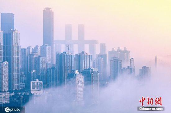 图为重庆城市建筑若隐若现。周智勇 摄