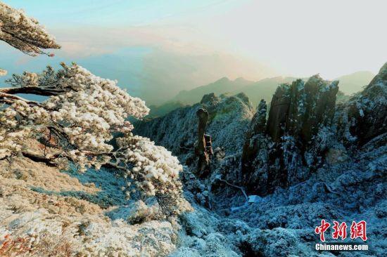 2月16日,受新一轮冷空气影响,世界自然遗产地江西三清山出现大幅降温,景区迎来立春后首场降雪。雪后三清山白雪皑皑,放眼望去宛若冰雪仙境。 张和忠 摄
