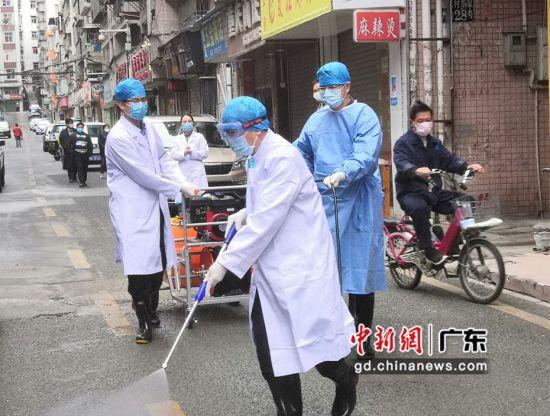 工作人员正对社区进行消毒。(摄影:钟欣)
