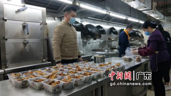 粤菜师傅正在制作饭菜。谢楚芬摄。