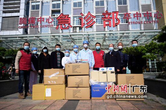 蓝态基金会将一批物资捐赠给南方医科大学第五附属医院。(姬东摄影)