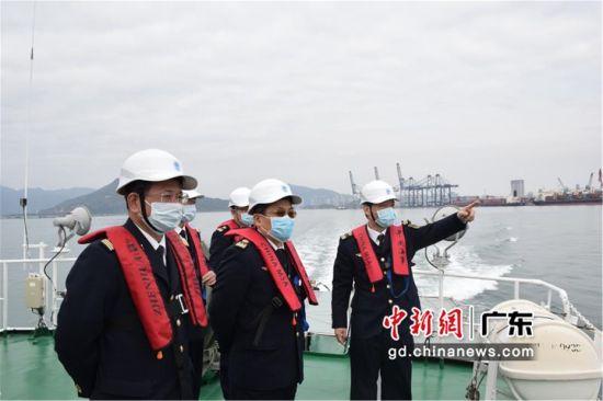 图为惠州海事局领导对辖区通航环境、水上施工、重点工程、船舶进出港和锚泊秩序进行再摸底、再排查,并对保障复工复产和抓好疫情防控工作方案进行再研究、再细化 惠州海事局供图