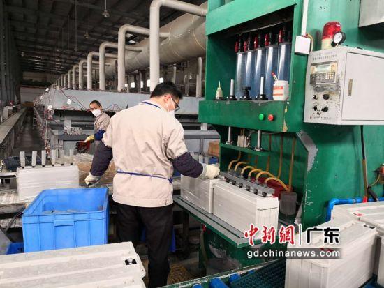 仁化县园区的西力电源公司复工生产。何世平摄。