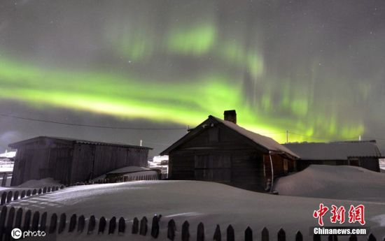 当地时间2020年2月27日,俄罗斯摩尔曼斯克,泰瑞贝卡村上空出现北极光。
